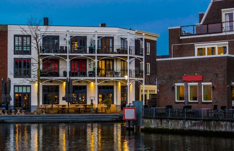 Piękna holenderska miasto architektura przy wodą, mieszkania z balkonami, popularnego miasta Alphen aan melina Rijn holandie obraz royalty free