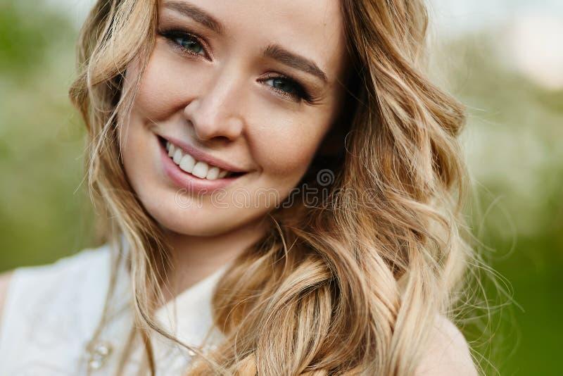 Piękna i rozochocona blondynki młoda kobieta z modnym makeup pozuje outdoors obraz royalty free