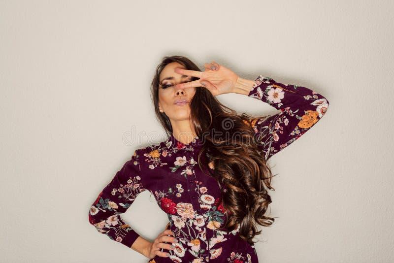 Piękna kobieta pokazuje pokój podpisuje oko z chłodno gestem obrazy stock