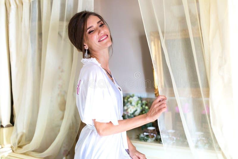 Piękna kobieta pozuje w kontuszu w luksusowym hotelu obrazy royalty free