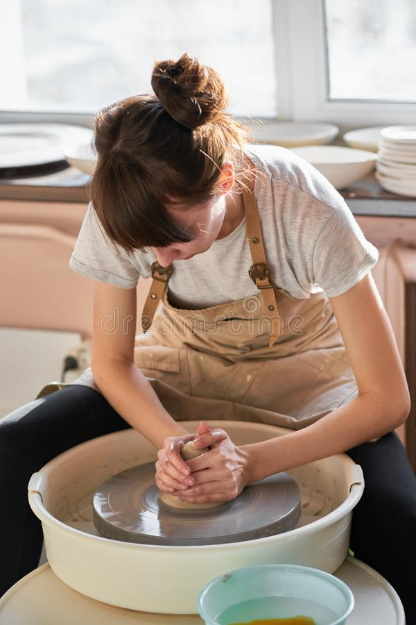 Piękna kobieta robi ceramicznemu garncarstwu na kole, ręki w górę Pojęcie dla kobiety w freelance, biznesowy, hobby fotografia royalty free