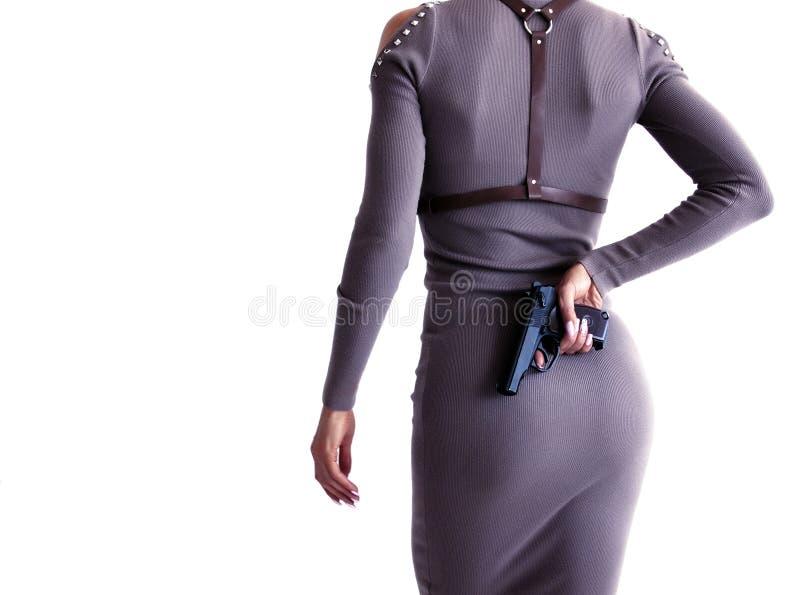 Piękna kobieta w smokingowym mieniu pistolet w jej ręce zdjęcie royalty free