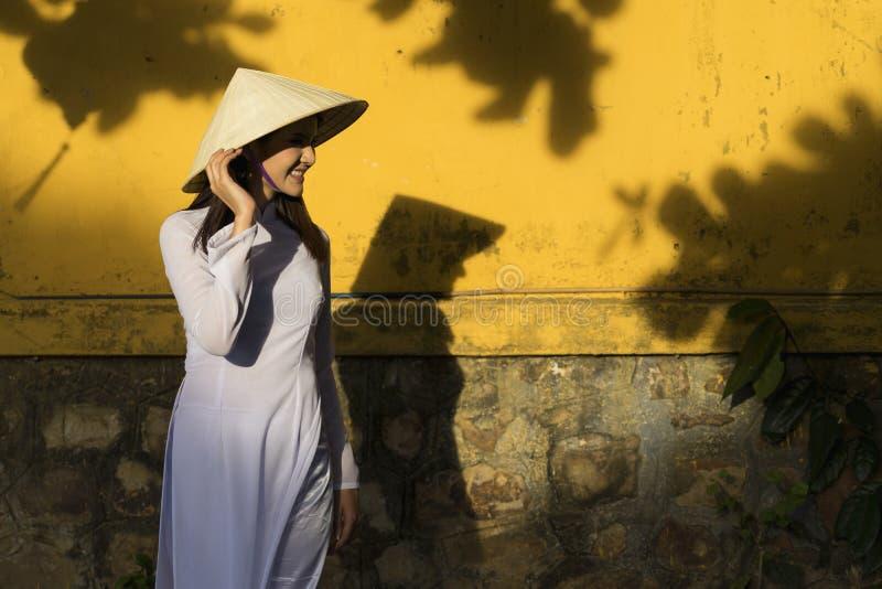 Piękna kobieta z Wietnam kultury tradycyjną suknią i mienie kapeluszem, Ao Dai jest sławnym tradycyjnym kostiumem, rocznika styl, obrazy royalty free
