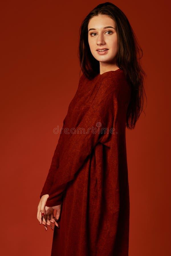 Piękna młoda brunetki kobieta w ładnej lata boho sukni, pozuje w studiu Mody wiosny lata fotografia obraz stock