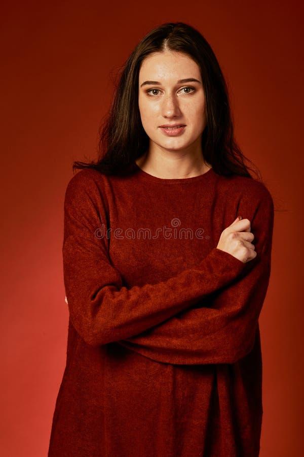 Piękna młoda brunetki kobieta w ładnej lata boho sukni, pozuje w studiu Mody wiosny lata fotografia fotografia stock
