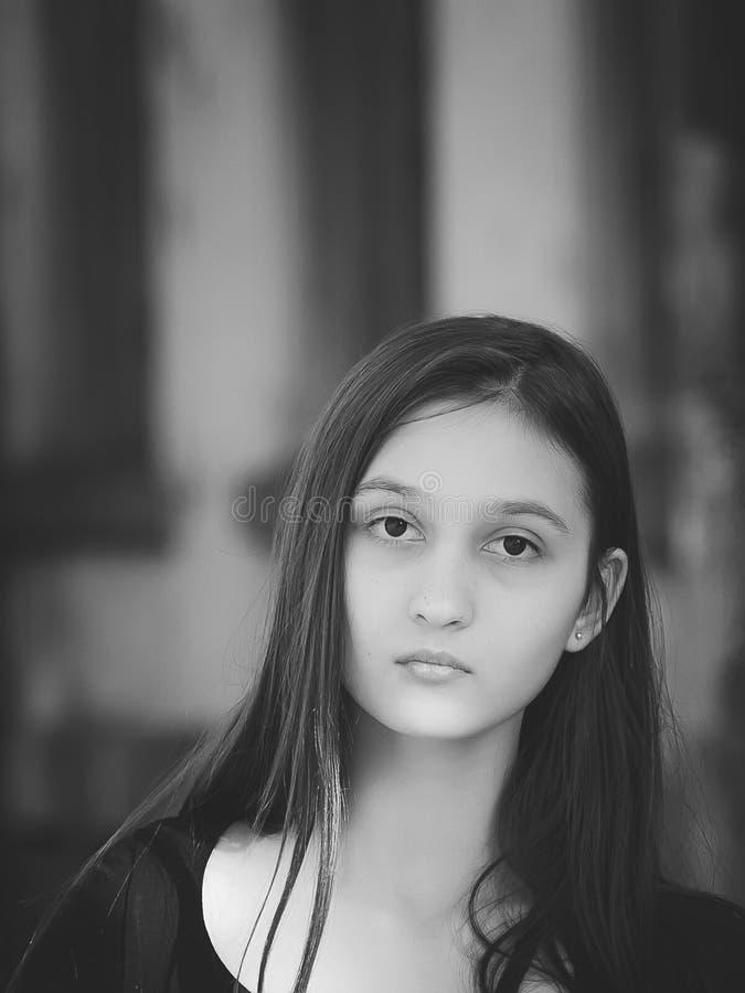 Piękna młoda dziewczyna z długim ciemnym włosy Zakończenie portret zdjęcia stock