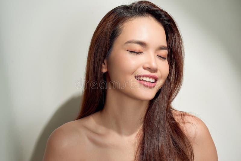 Piękna młoda kobieta patrzeje w dół i myśleć z kopii przestrzenią Portret twarz nieśmiała brunetki dziewczyna odizolowywająca na  obraz stock
