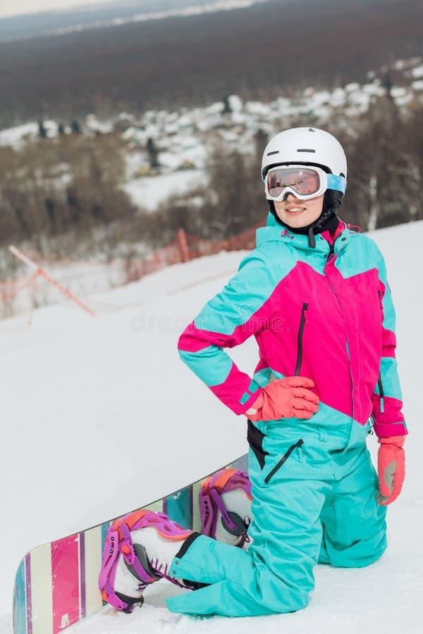 Piękna młoda kobieta w mody sportswear cieszy się jej hobby fotografia royalty free
