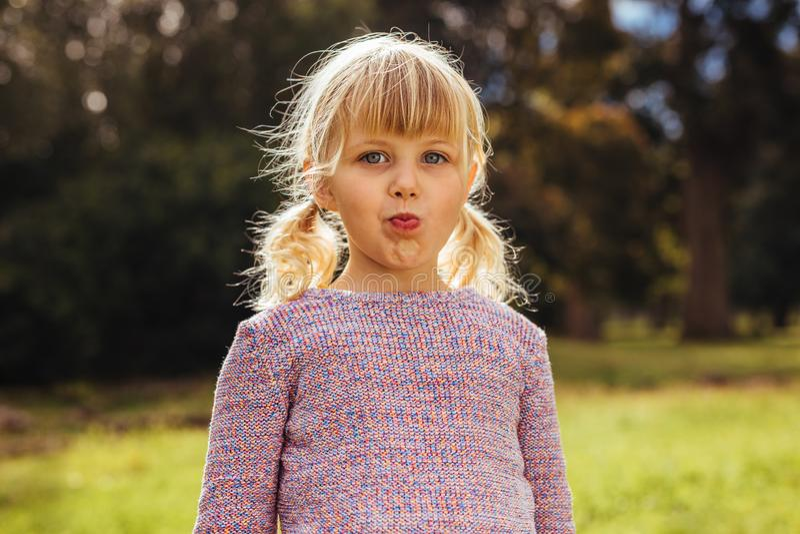 Piękna małej dziewczynki pozycja przy parkiem obraz royalty free