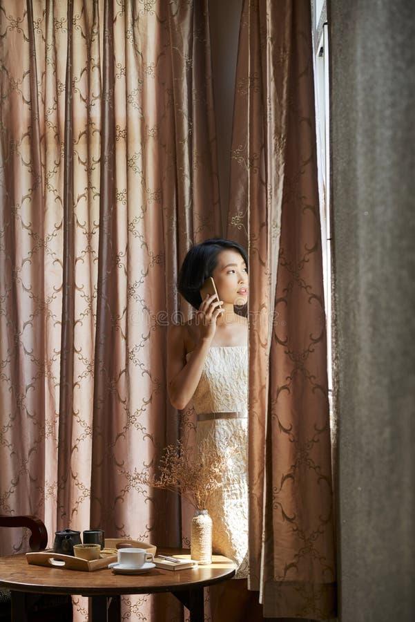 piękna nadokienna kobieta zdjęcia stock