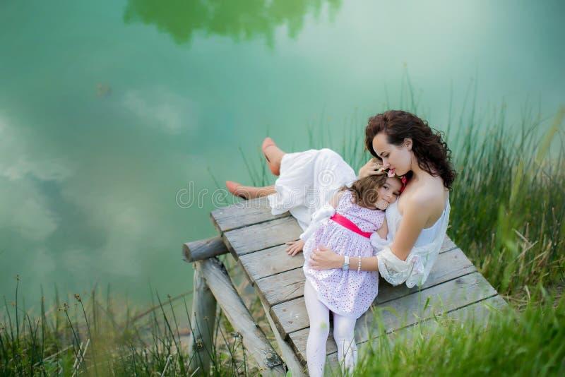 Piękna panna młoda w wspaniałej białej ślubnej sukni pozycji blisko jeziornego Morskie Oko w górach na pogodnym letnim dniu zdjęcia stock