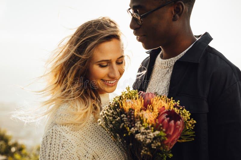 Piękna para outdoors z kwiatami zdjęcia stock