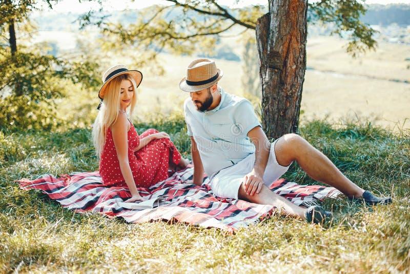 Piękna para wydaje czas w lato parku zdjęcie stock
