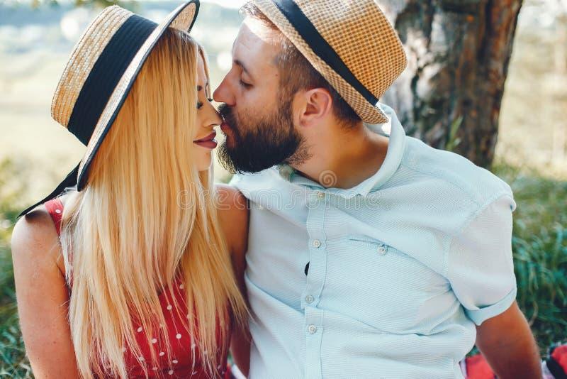 Piękna para wydaje czas w lato parku zdjęcia royalty free