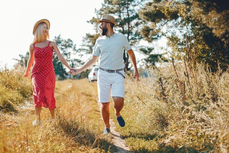 Piękna para wydaje czas w lato parku zdjęcia stock