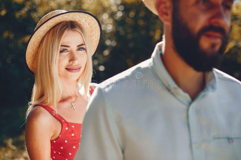 Piękna para wydaje czas w lato parku obrazy royalty free