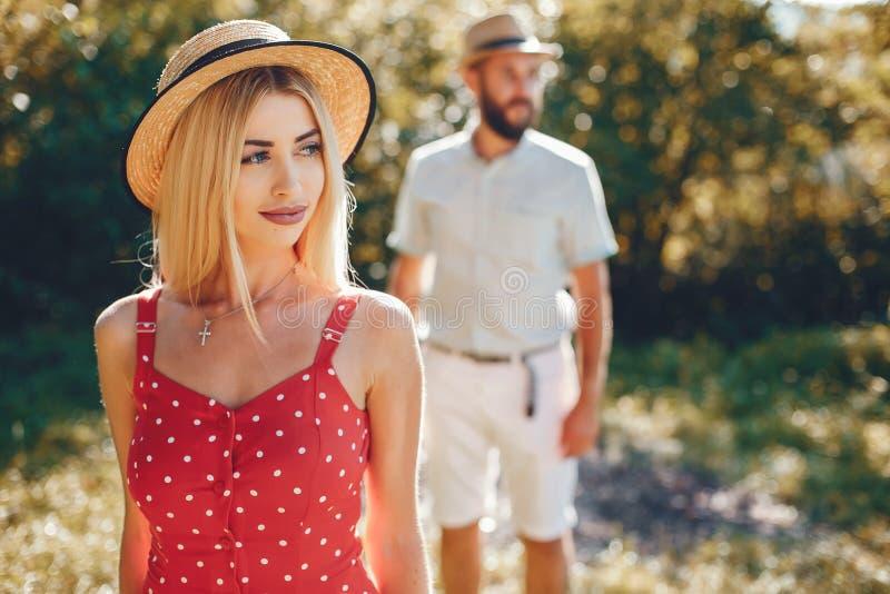 Piękna para wydaje czas w lato parku fotografia stock