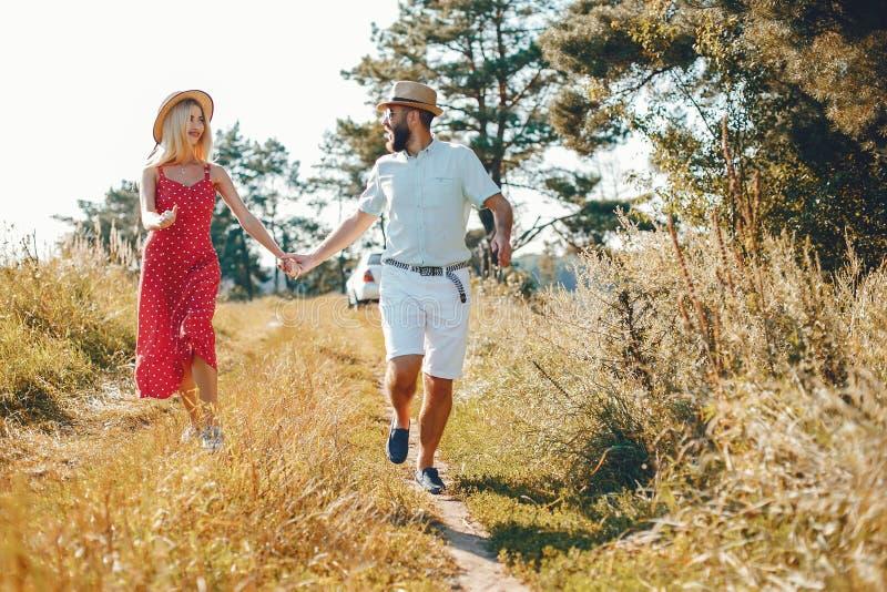 Piękna para wydaje czas w lato parku zdjęcie royalty free