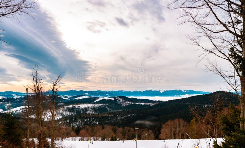 Piękna sceneria Ukraińscy Carpathians w zimie która pięknie zniewala od obserwacja pokładu, fotografia royalty free