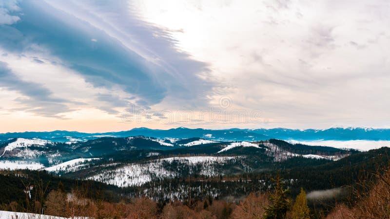Piękna sceneria Ukraińscy Carpathians w zimie która pięknie zniewala od obserwacja pokładu, zdjęcie royalty free