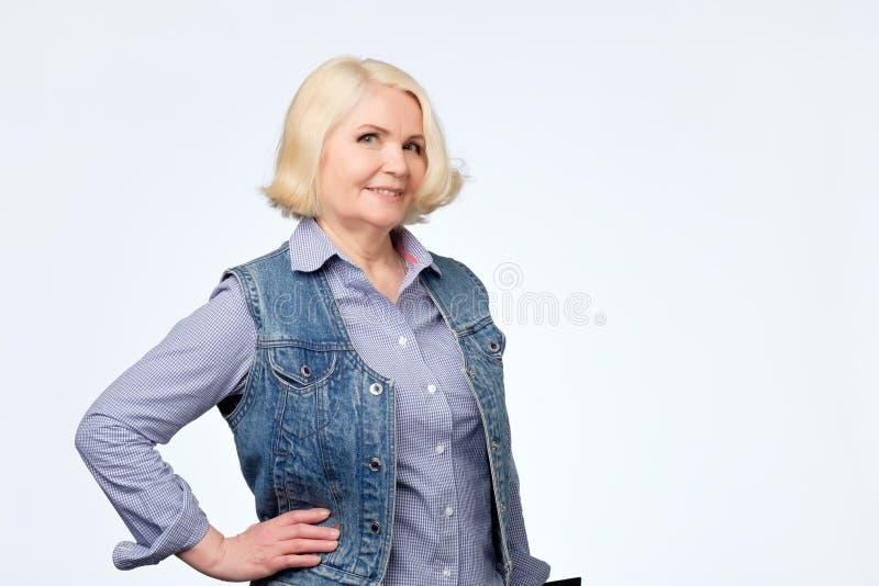 Piękna stara blondynki kobieta ono uśmiecha się i stoi zdjęcie royalty free