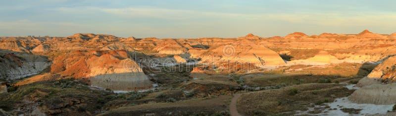 Piękna zmierzch panorama badlands krajobraz w dinosaura prowincjonału parku, Alberta zdjęcie stock
