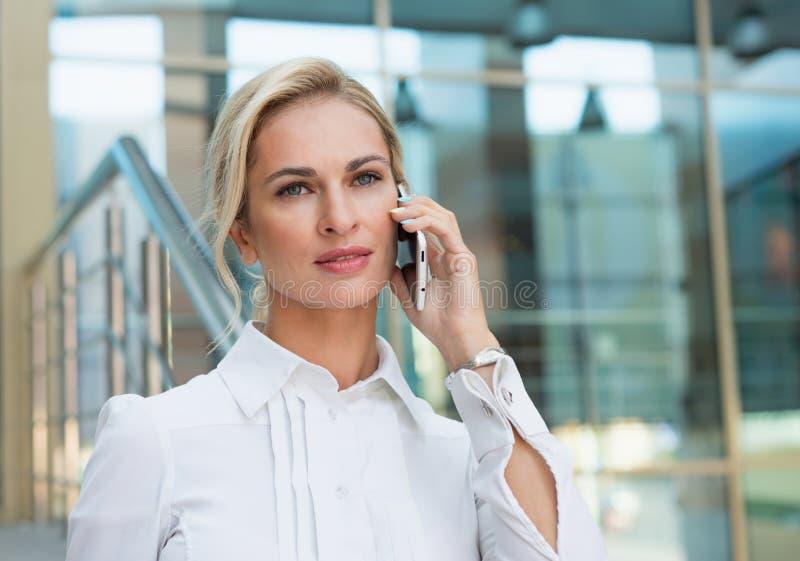 pięknego biznesowego telefonu target1829_0_ kobieta obraz royalty free
