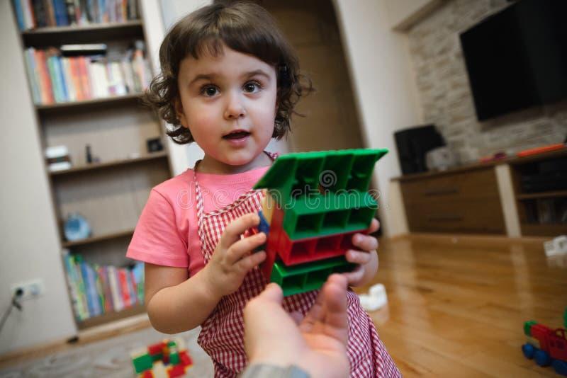 Pięknego dziecka dziewczyna bawić się w domu zdjęcie royalty free