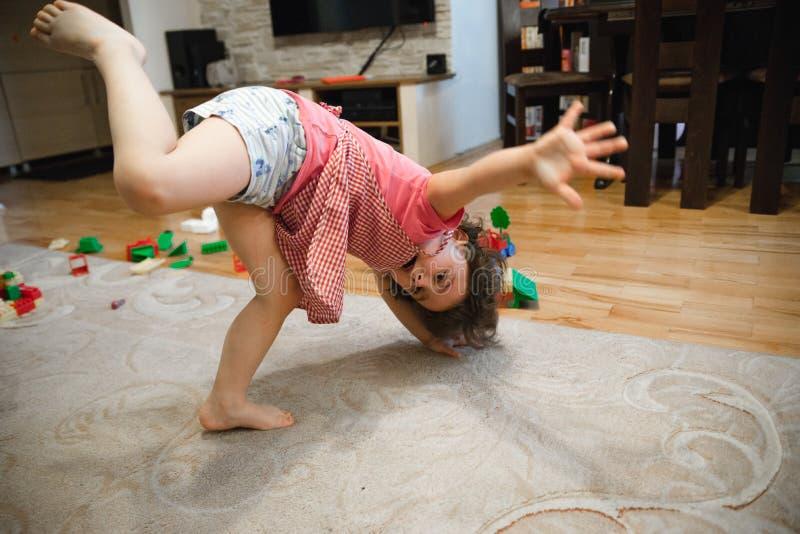 Pięknego dziecka dziewczyna bawić się w domu zdjęcia royalty free