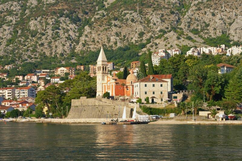 Pięknego lata Śródziemnomorski krajobraz Montenegro, zatoka Kotor Widok Dobrota miasteczko i kościół katolicki St Matthew zdjęcia stock