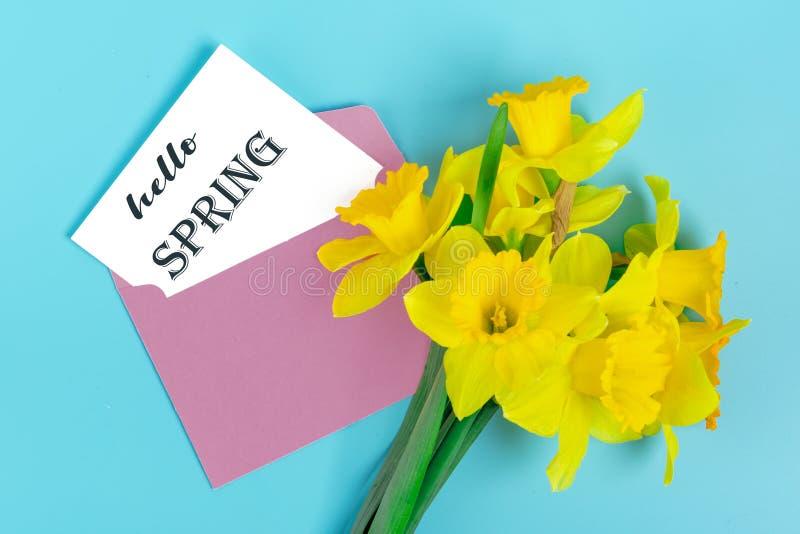 Piękni żółci kwiaty daffodils na błękitnym tle zdjęcia royalty free