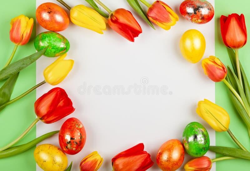 Piękni czerwoni tulipanów kwiaty i Wielkanocni jajka dla wakacje obraz stock