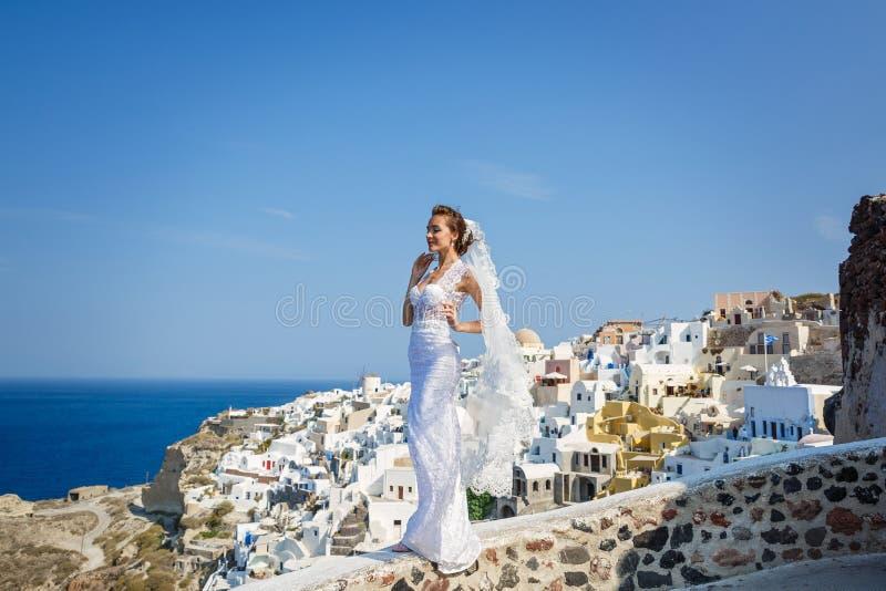 Piękni panna młoda stojaki przy wysokim poziomem nad morze zdjęcia royalty free