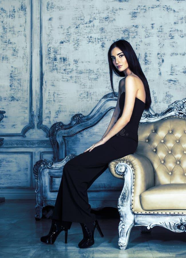 Piękno brunetki młoda kobieta w luksusu domu wnętrzu obrazy stock