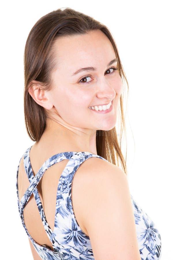 Piękno kobieta z białym uśmiechem przy biel ściany domem obrazy stock