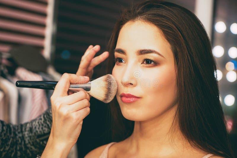 Piękno portret uśmiechnięta zmysłowa azjatykcia młoda kobieta z czystą świeżą skórą Zakulisowy z pokazem modym, artysta robi wzor fotografia royalty free
