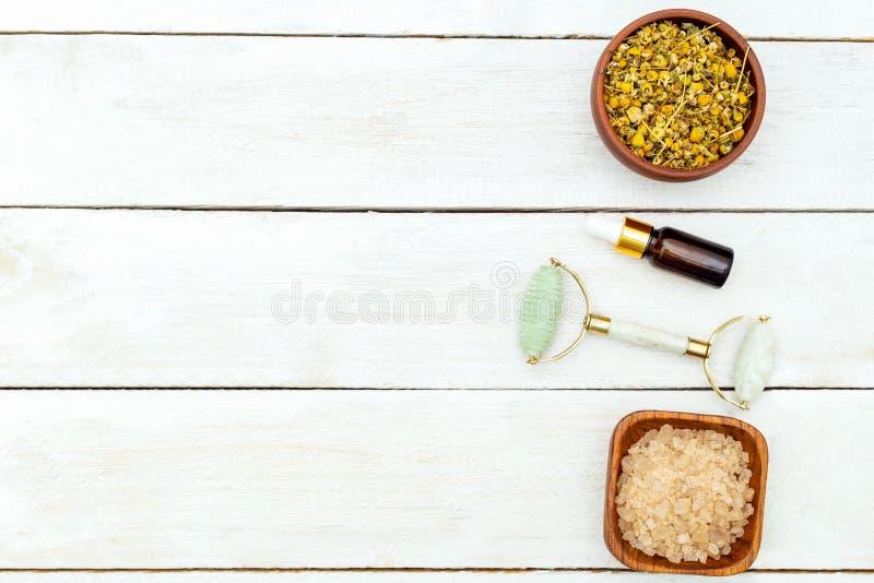Piękno produktów Twarzowy rolownik na drewnianym tle kosmos kopii zdjęcie stock