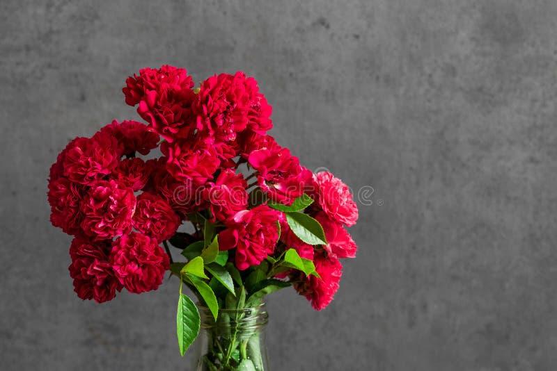 Piękny bukiet czerwonych róż kwiaty wakacje lub ślubny tło obrazy stock