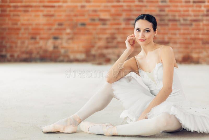 Piękny choreograf cieszy się jej próbę zdjęcia royalty free
