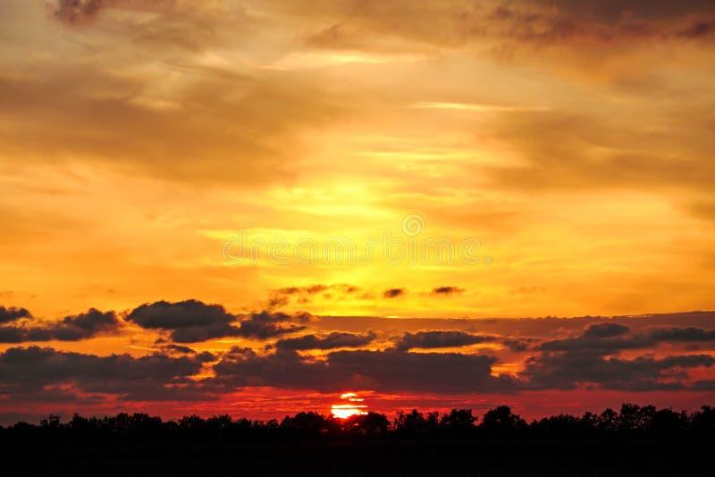 Piękny dramatyczny zmierzch z mrocznym koloru niebem obraz royalty free