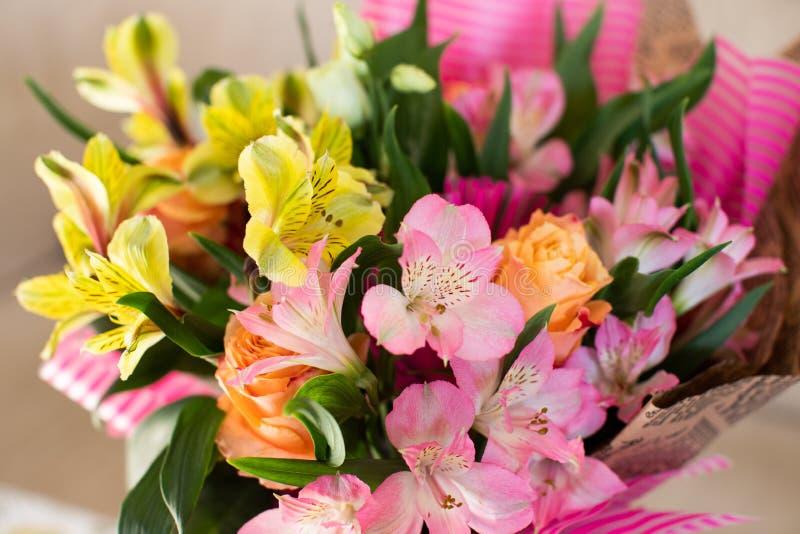 Piękny elegancki lato wiosny bukiet z różami i alstroemerias zdjęcie stock
