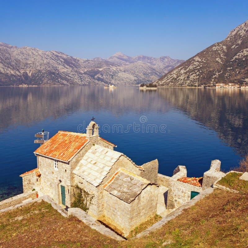 piękny krajobrazowy śródziemnomorski Montenegro Widok zatoka Kotor, kościół Nasz dama aniołowie i dwa małej wyspy zdjęcia royalty free