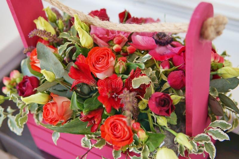Piękny kwiecisty przygotowania czerwień, menchie i Burgundy, kwitnie w różowym drewnianym pudełku zdjęcia royalty free