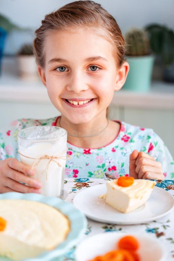 Piękny małej dziewczynki łasowania śniadanie w kuchni w domu obrazy stock
