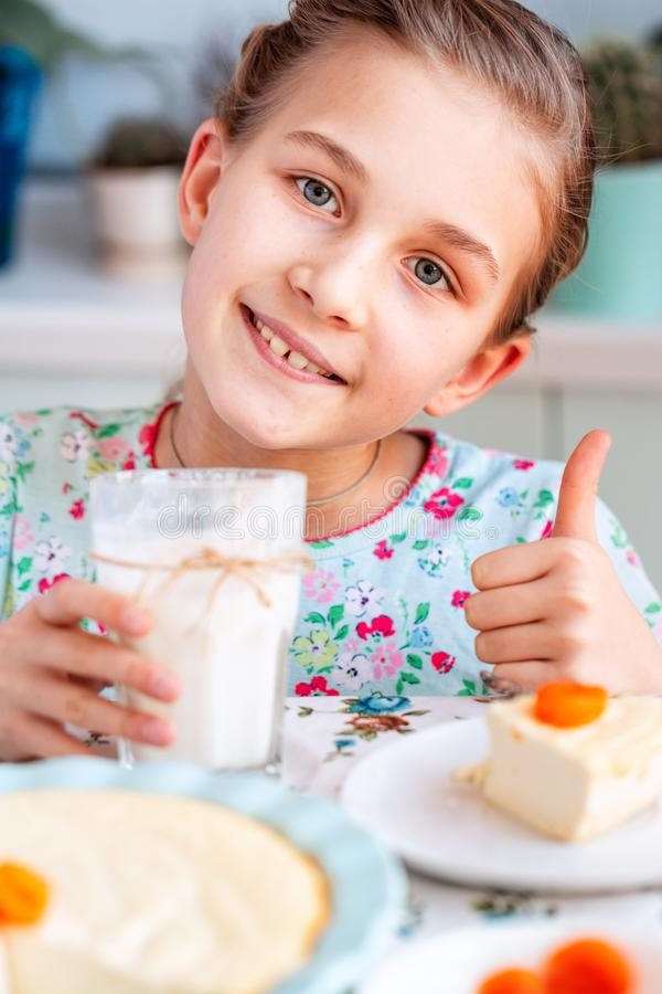Piękny małej dziewczynki łasowania śniadanie w kuchni w domu zdjęcia stock