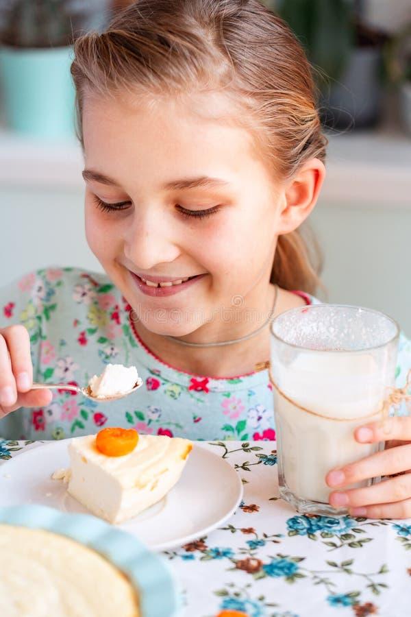 Piękny małej dziewczynki łasowania śniadanie w kuchni w domu obraz royalty free