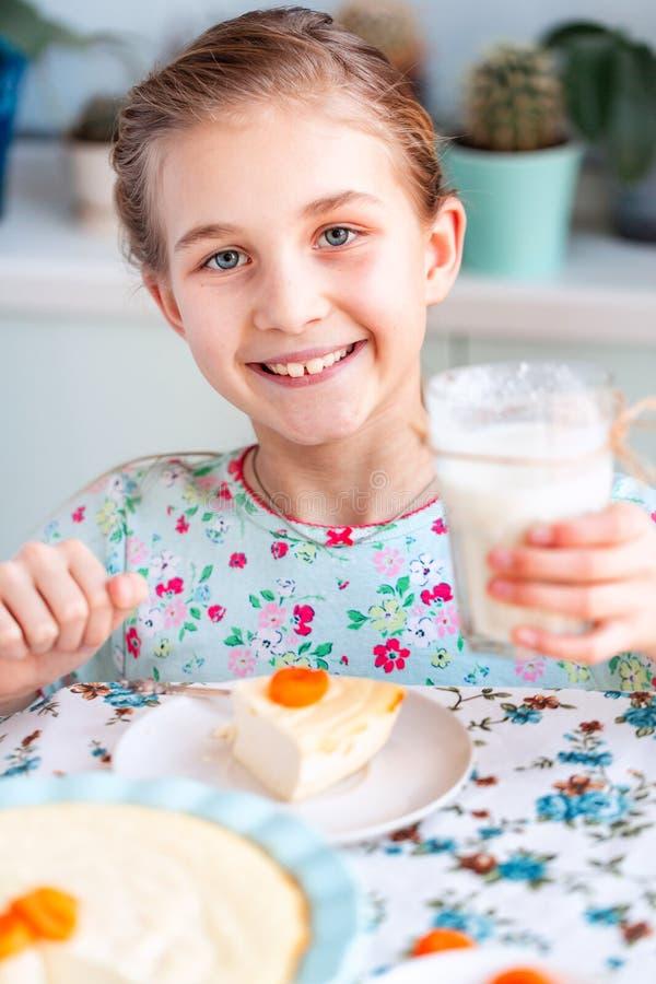 Piękny małej dziewczynki łasowania śniadanie w kuchni w domu fotografia stock