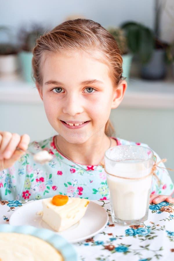 Piękny małej dziewczynki łasowania śniadanie w kuchni w domu zdjęcia royalty free