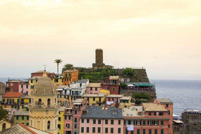 Piękny miasteczko Vernazza w Cinque Terre parku narodowym Widok na Castello Doria stary forteca i wierza zdjęcie stock