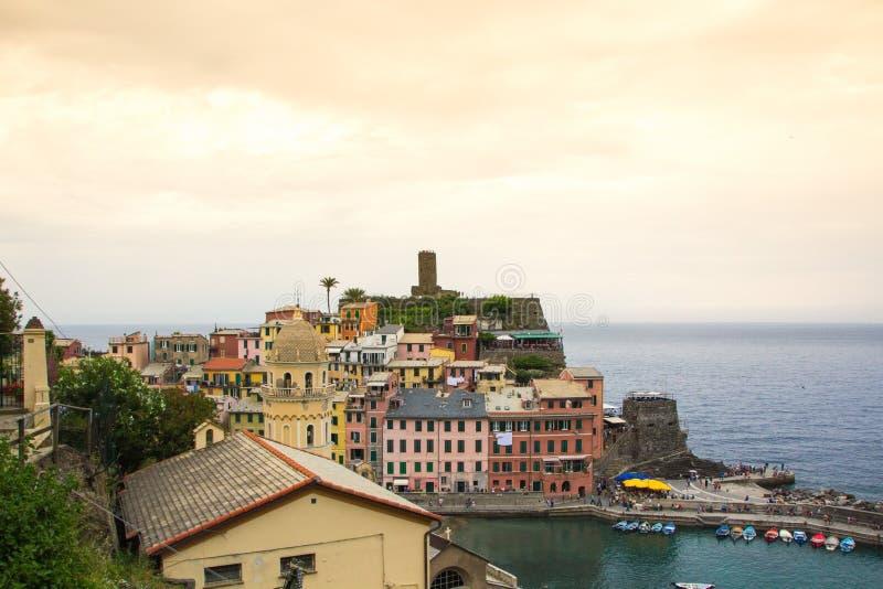 Piękny miasteczko Vernazza w Cinque Terre parku narodowym Widok na Castello Doria stary forteca i wierza fotografia stock
